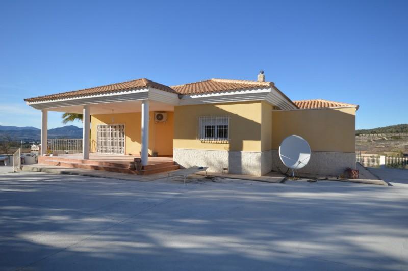 Frittliggende villa i Petrer (Alicante) med basseng. 170.000€